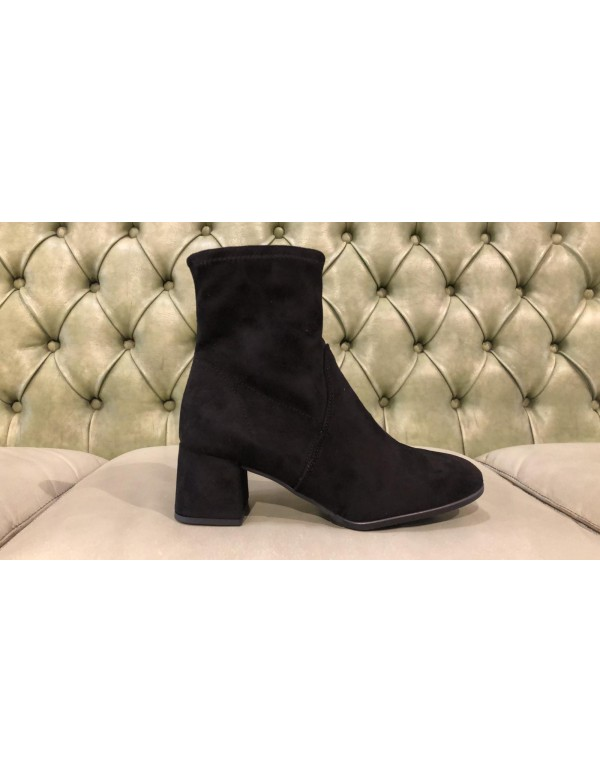 Shoes with heel and zip