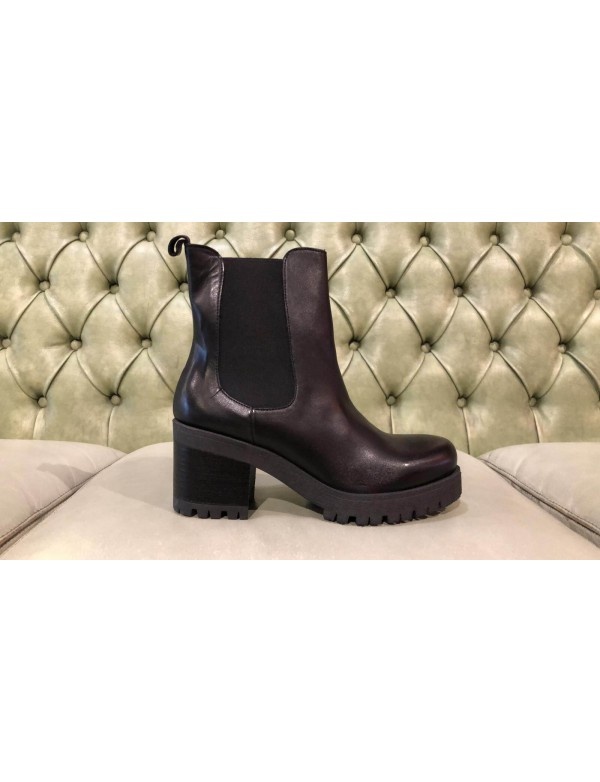 Block heel leather boots, made in Italy