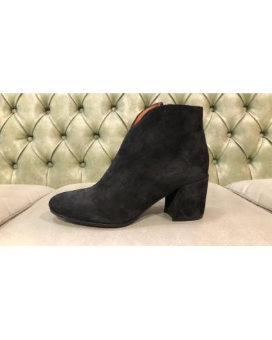 Italian suede boots with heel