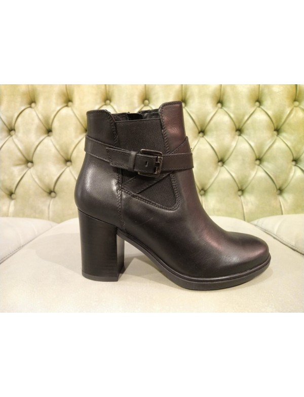 Low boots with heel and zip