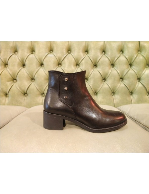 Low buckle boots, made in Italy