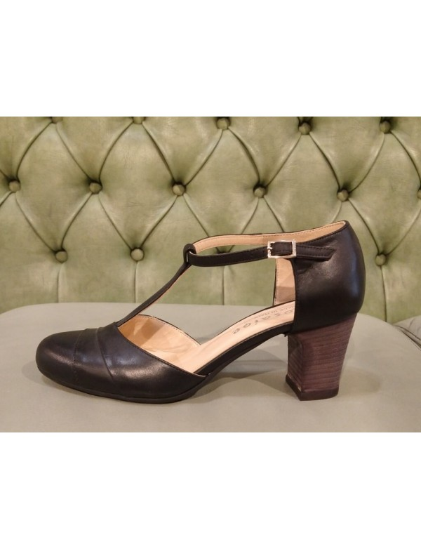 Black leather shoes with heel