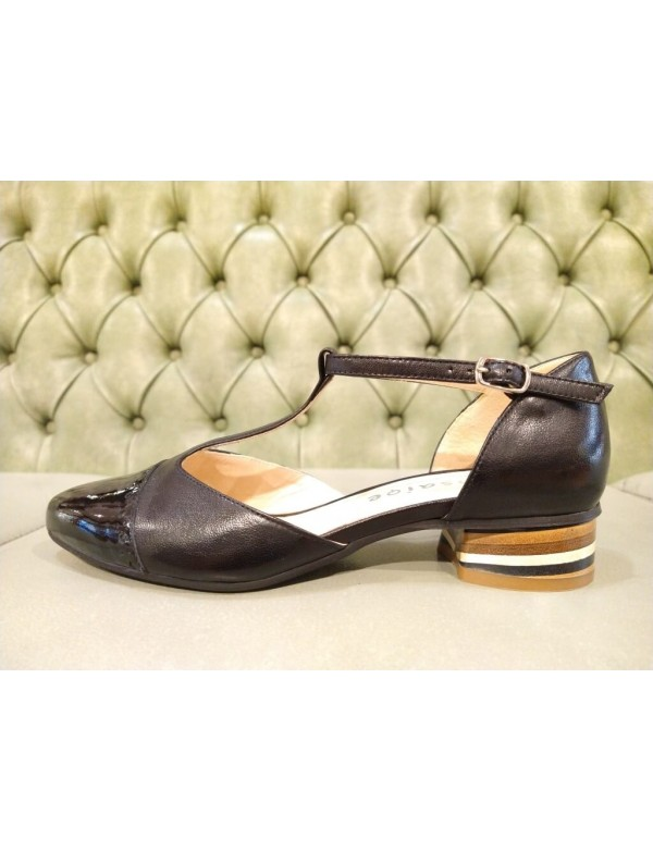 Black leather pumps with mid heel