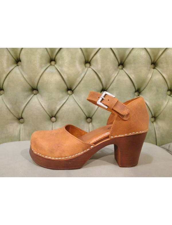 Leather sandals with hee