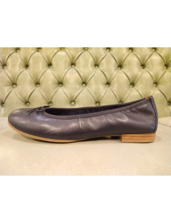 Comfortable flats shoes in blue leather. Tamaris