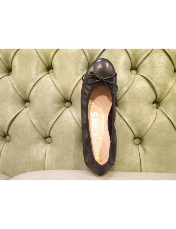 Leather flats for ladies, by Wonders.
